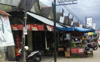 Meski dengan fasilitas kurang memadai, pasar tradisional tetap dapat bersaing dengan pasar modern yang mulai hadir di Pulang Pisau. BORNEONEWS/JAMES DONNY