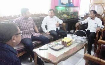 Ketua Komisi III DPRD Kotawaringin Timur, Rimbun (dua kanan) saat mengunjungi SMAN 1 Sampit, beberapa waktu lalu. Kamis (24/11/2016), Rimbun mempertanyakan anggaran pendidikan sudah tinggi, tetapi pungutan terus terjadi. BORNEONEWS/M. RIFQI