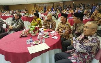 Gubernur Kalteng Sugianto Sabran (tiga dari kanan) mengikuti rakornas di Kemendagri, Jakarta (24/11/2016)