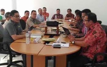 Wakil Bupati Gunung Mas Rony Karlos melakukan pertemuan dengan manajemen PT ALS di kebun ALS, di wilayah Kecamatan Rungan Barat, Kamis (24/11/2016). BORNEONEWS/EPRA SENTOSA