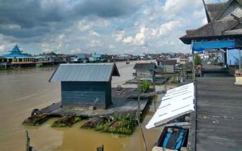 Debit air sungai arut terus mengalami peningkatan. Warga bantaran sungai diminta waspada banjir. BORNEONEWS/FAHRUDDIN FITRIYA