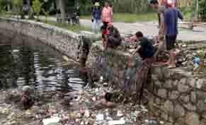 Petugas bersama warga membersihkan sampah yang menyumbat selokan saluran primer di samping Pasar Kahayan, Palangka Raya, Jumat (25/11/2016) BORNEONEWS/ROKIM