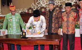 Gubernur Kalteng Sugianto Sabran menandatangani RAPBD-P 2016 disaksikan Ketua DPRD Kalteng Atu Narang (30/9/2016). BORNEONEWS/ROZIKIN