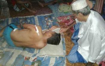 Kapolsek Katingan Hulu AKP Abdul Karim mengalami luka di punggung akibat diserang tiga orang warga, Kamis (24/11) malam. BORNEONEWS/ISTIMEWA