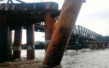 Tiang pengaman (Fender) jembatan KH Hasan Basri Muara Teweh, Barito Utara (Barut) terlihat berubah dari posisi semulanya, akibat ditabrak tongkang batu bara milik PT PADA IDI, Kamis (24/11/2016) siang. BORNEONEWS/PPOST/AGUS SIDIK