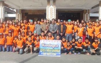 Wakil Bupati Barito Utara Ompie Herby melakukan foto bersama dengan peserta kontingen Barut, Jumat (25/11/2016) di halaman kantor bupati setempat. BORNEONEWS/AGUS SIDIK