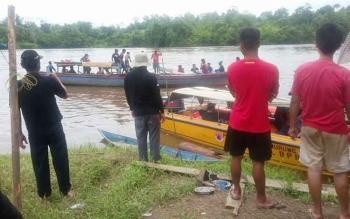 Patugas BPBD dibantu warga, Jumat (25/11/2016), tengah mencari Yoyok yang diduga kuat tenggelam di Sungai Barito, di wilayah Desa Muara Jaan Kecamatan Murung, sehari sebelumnya. BORNEONEWS/SUPRI ADI