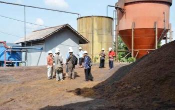 Sejumlah anggota DPRD Kabupaten Kotawaringin Timur saat melakukan kunjungan ke salah satu pabrik kelapa sawit di daerah ini, beberapa waktu lalu. BORNEONEWS/RIFQI