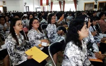 Para guru mengikuti peringatan Hari Guru Nasional 2016, di Gedung Pertemuan Umum (GPU) Lantang Torang, Nanga Bulik, Jumat (25/11/2016). BORNEONEWS/HENDI NURFALAH