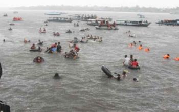 Prosesi mandi syafar yang digelar Pemkab Kotawaringin Timur di Sungai Mentaya. Mandi Syafar merupakan agenda tahunan sebagai daya tarik wisata di daerah itu. BORNEONEWS/RAFIUDIN