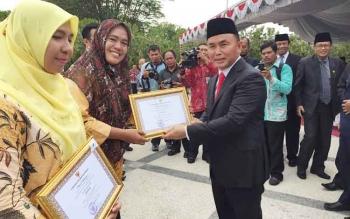 Gubernur Kalteng Sugianto Sabran menyerahkan piagam penghargaan kepada sejumlah guru yang berprestasi di sejumlah wilayah. BORNEONEWS/WAHYUDI HENDRA