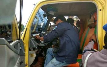 Truk angkutan yang berada di Pelindo Pulang Pisau diperiksa petugas. BORNEONEWS/BUDI YULIANTO