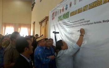 Bupati Ahmad Yantenglie menandatangani spanduk deklarasi generasi emas anti narkoba di Gedung Selawah Kasongan, Sabtu (26/11/2016). BORNEONEWS/ABDUL GOFUR