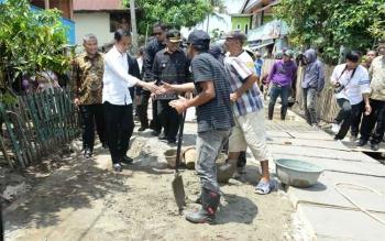 Presiden Joko Widodo didampingi Mendes PDTT, Eko Sandjojo, meninjau penggunaan Dana Desa, di Desa Pabentengang, Kacamatan Marusu, Kabupaten Maros, Sulawesi Selatan, Sabtu (26/11/2016). BORNEONEWS/HUMAS KEMENDES PDTT/WENING