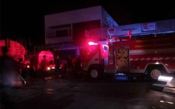 Kebakaran terjadi di kawasan perekonomian Jalan Pangeran Antasari. Toko Pingkuo ternakar akibat korsleting listrik nampak unit kendaraan Satdamkar berada di lokasi kebakaran. BORNEONEWS/KOKO SULISTYO