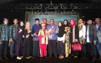 Wagub Habib bersama kontingen Kalimantan Tengah saat malam penutupan FSQ di Bandar Lampung. Kaleng selain membawa empat medali, ISTIMEWA