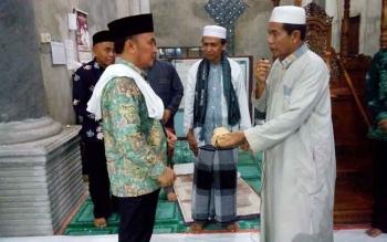 Gubernur berkunjung ke Masjid Darun Najah, Kuala Kurun. Secara spontanitas gubernur memberikan bantuan untuk kelanjutan pembangunan masjid yang hampir 14 tahun tidak tuntas itu. BORNEONEWS/ROZIKIN