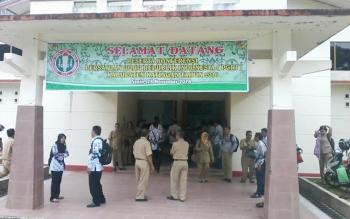 Spanduk selamat datang terkait konferensi PGRI tahun 2016 terpampang di halaman depan Gorseni Tumbang liting Kasongan, Senin (28/11/2016). BORNEONEWS/ABDUL GOFUR