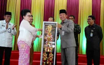 Wali Kota Palangka Raya, HM Riban Satia menyerahkan Piala Bergilir kepada Ketua Panitia Pesparawi Juanita Theresia untuk diperebutkan kembali pada Pesparawi ke-17, Senin (28/11/2016). BORNEONEWS/TESTI PRISCILLA