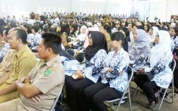Ratusan guru peserta konferensi tampak menyesaki GOR Seni Tumbang liting Kasongan, Senin (28/11/2016). BORNEONEWS/ABDUL GOFUR
