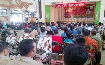 Warga Bakumpai memenuhi Gedung Pertemuan Umum Jaro Pirarahan, di Buntok, Senin (28/11/2016). BORNEONEWS/PPOST/H. LAILY MANSYUR
