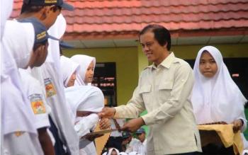 Anggota Komisi IV DPR RI, Hamdhani memberikan beasiswa bagi siswa Madrasah Tsanawiyah Negeri Pangkalan Bun berprestasi, Senin (28/11/2016). BORNEONEWS/DOK
