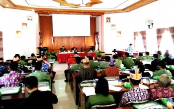 Ratusan tokoh adat mengikuti kegiatan seminar tentang aturan adat hidup dan adat mati di Aula DPKAD Lamandau, Senin (28/11/2016). BORNEONEWS/HENDI NURFALAH
