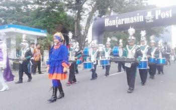 Penampilan Madrasah Ibtidayah Negeri (MIN) Lahei, Barito Utara pada ajang Borneo Marching Day 4 Festival 2016, di Banjarmasin, 25-27 November 2016. MIN Lahei juara street parade. BORNEONEWS/PPOST/AGUS SIDIK