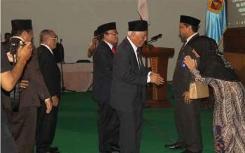Rektor Universitas Muria Kudus (UMK) 2016-2020, Suparnyo dan istri, Senin (28/11/2016), mendapat ucapan selamat, setelah upacara pelantikan. BORNEONEWS/HUMAS UMK