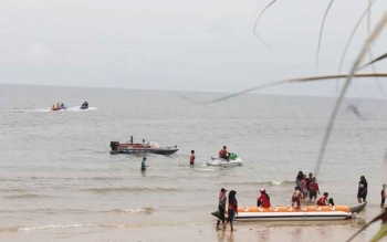 Wisatawan lokal asyik bermain sky di pinggir pantai Ujung Pandaran, Minggu (27/11/2016). Bupati Kotawaringin Timur, Supian Hadi, Senin (28/11/2016), menyatakan, pengembangan sektor pariwisata butuh dukungan penuh masyarakat. BORNEONEWS/RAFIUDIN