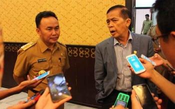 Gubernur Kalteng Sugianto Sabran dan Ketua DPRD R Atu Narang (kanan) usai melakukan pertemuan tertutup di ruang kerja Ketua DPRD lantai II, Senin (28/11/2016) siang. BORNEONEWS/ROZIKIN/DOK