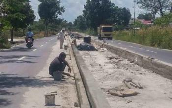 Beberapa pekerja saat memasang batako untuk plangson di Jalan Samari ll, Pangkalan Bun, baru-baru ini. Para kontraktor tengah galau pusing tujuh keliling karena Pemda Kobar belum juga membayar proyek yang sudah selesai mereka kerjakan. BORNEONEWS/CECEP HE