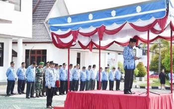 Bupati Gunung Mas, Arton S Dohong membacakan sambutan Presiden Joko Widodo pada upacara peringatan HUT ke-45 Korpri, di halaman kantor Bupati Gumas, Selasa (29/11/2016). BORNEONEWS/EPRA SENTOSA
