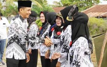 Bupati Kotim, Supian Hadi bersalaman dengan para guru saat HUT Persatuan Guru Republik Indonesia, di Desa Ujung Pandaran beberapa waktu lalu. Selasa (29/11/2016) Bupati menjanjikan menaikkan insentif tenaga honorer. BORNEONEWS/RAFIUDIN