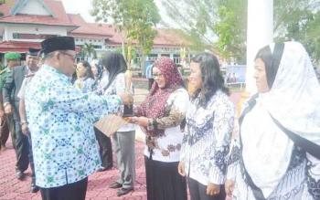Bupati Sukamara, Ahmad Dirman menyerahkan hadiah kepada juara lomba dalam rangka memeriahkan HUT ke-71 PGRI dan HUT ke-45 Korpri tahun 2016 di Kabupaten Sukamara, Selasa (29/11/2016). BORNEONEWS/NORHASANAH