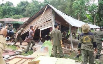 Sejumlah petugas Satpol PP Kotim sedang melakukan pembongkaran terhadap sejumlah bangunan di Jl M Hatta yang diduga dijsdikan tempat proatitusi, Selasa (29/11/2016). BORNEONEWS/HAMIM