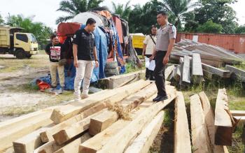 Kabag Ops Polres Kotim, AKP M Ali Akbar bersama Kasat Reskrim Iptu Reza Fahmi dan anggota, Selasa (29/11/2016), sedang memeriksa kayu ilegal yang mereka sita. BORNEONEWS/M. HAMIM