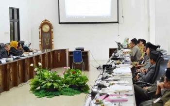 Rapat pembahasan bersama antara pemerintah daerah dan DPRD Barito Utara, di ruang rapat dewan, Selasa (29/11/2016). BORNEONEWS/RAMADANI