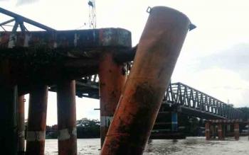 Jembatan Hasan Basri di Sungai Barito itu salah satu tiang fendernya ditabrak tongkang pekan lalu. BORNEONEWS/AGUS SIDIK