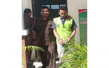 M Nasir alias Puteh (kanan), terdakwa kasus kurir sabu digiring petugas. Pengadilan Negeri Palangka Raya, Selasa (29/11/2016), memvonis Warga Aceh itu, 15 tahun penjara dan denda Rp2 miliar. BORNEONEWS/PPOST/