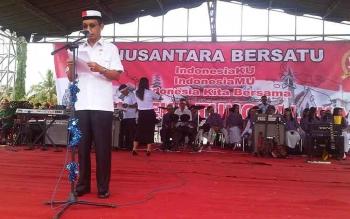 Bupati Barito Selatan Mugeni saat upacara bendera Nusantara Bersatu dihalaman kantor Bupati setempat. Rabu (30/11/2016). BORNOENEWS/URIUTU