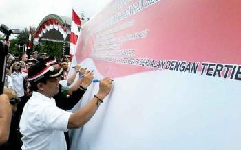 Bupati Ahmad Yantenglie membubuhkan tanda tangannya pada gema nusantara bersatu di halaman kantor bupati setempat, Rabu (30/11).BORNEONEWS/ABDUL GOFUR
