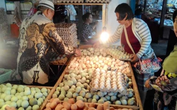 Pedagang telur di Pasar Besar sedang melayani pelanggan, Rabu (30/11/2016). BORNEONEWS/TESTI