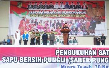Bupati Barito Utara H Nadalsyah menyampaikan orasi, pada momentum Nusantara Bersatu guna menyatukan tekad dalam bhinneka tunggal ika, Rabu (30/11) di Stadion Terbuka Tiara Batara. (BORNEONEWS/AGUS SIDIK)
