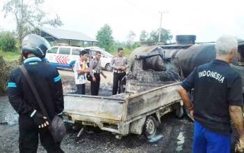 Kasat Lantas Polres Kotim AKP Boni Arifianto bersama anggotanya memeriksa kendaraan yang terbakar akibat kecelakaan di Jalan Jenderal Sudirman Km 36, Rabu (30/11/2016). BORNEONEWS/M. HAMIM