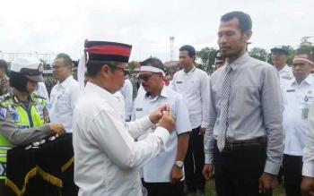 Bupati Seruyan Sudarsono saat akan menyematkan pin kepada salah seorang anggota Polres Seruyan yang tergabung dalam tim Satgas Saber Pungli Kabupaten Seruyan, Rabu (30/11/2016). BORNEONEWS/PARNEN
