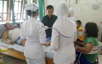 Petugas medis memberikan pelayanan kepada pasien di RSUD dr Murjani Sampit. Anggota Komisi III DPRD Kotim, Rimbun, Rabu (30/11/2016), berjanji memperhatikan anggaran pendidikan dan kesehatan dalam RAPBD 2017. BORNEONEWS/M. RIFQI