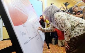 Salah satu calon Bupati Kobar Hj Nurhidayah meneken komitmen bersama, Rabu (30/11/2016). Mereka menyatakan siap menang dan siap kalah dalam Pilkada Kobar 2017. BORNEONEWS/FAHRUDDIN FITRIYA