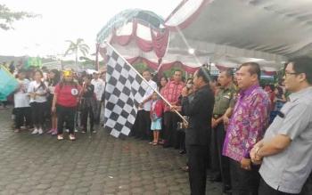 Bupati Gumas, Arton S Dohong didampingi Wakil Bupati Gumas, Rony Karlos dan Wakil Ketua DPRD Punding S Merang melepas peserta parade lilin di taman kota Kuala Kurun, Rabu (30/11/2016) sore. BORNEONEWS/EPRA SENTOSA