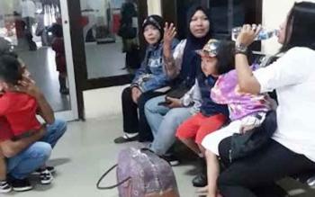 Sejumlah calon penumpang di ruang tunggu keberangkatan Bandara Iskandar Pangkalan Bun, Rabu (30/11/2016). Meski mengalami keterlambatan, tidak satupun dari mereka memperoleh kompensasi. BORNEONEWS/FAHRUDDIN FITRIYA